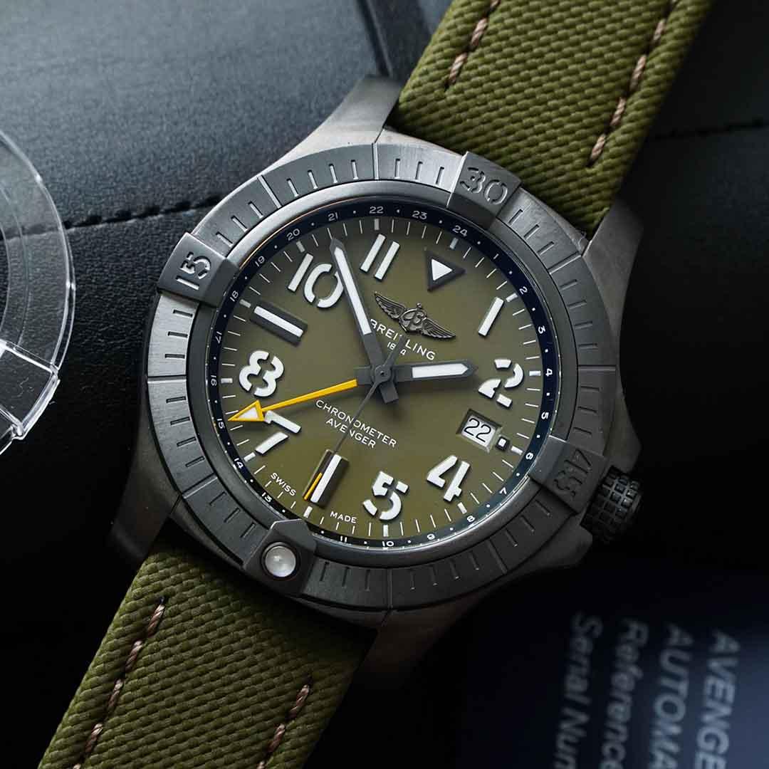BREITLING AVENGER AUTOMATIC GMT 45 NIGHT MISSION LIMITED EDITION V323952A1L1X1 vỏ bằng titanium siêu nhẹ phủ DLC-Coated black, mặt số Green ấn tượng