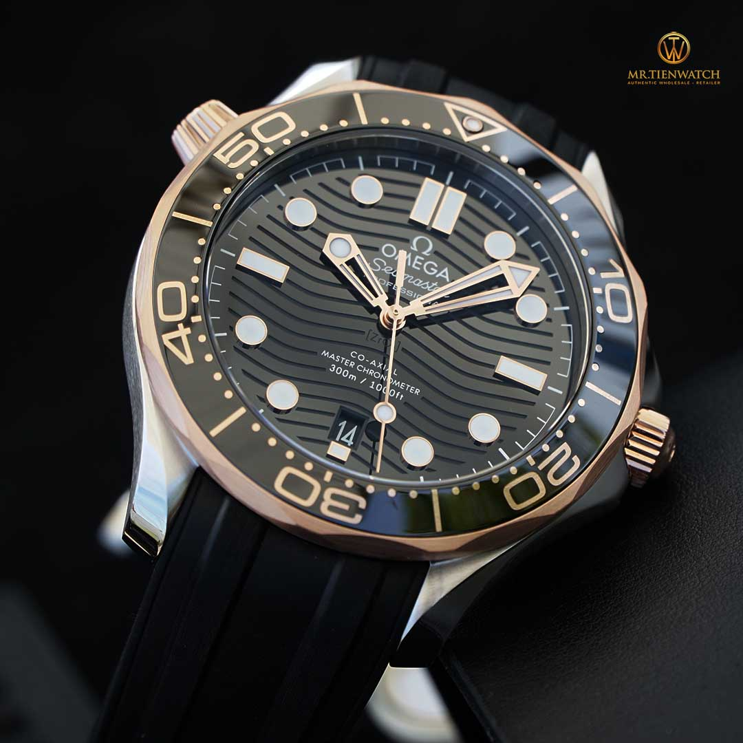 Omega SeaMaster Diver 300M Co‑Axial Master Chronometer 42 MM 210.22.42.20.01.002 mặt số gốm đen, niềng vàng 18K Sedna Gold sang trọng